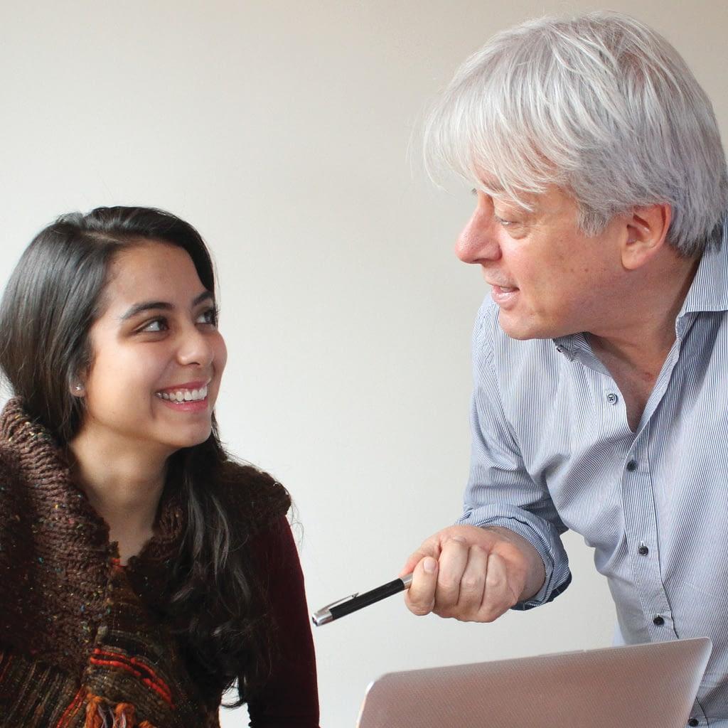 Mauricio Navas Talero enseña a escribir en su taller de escritura personalizado a una alumna