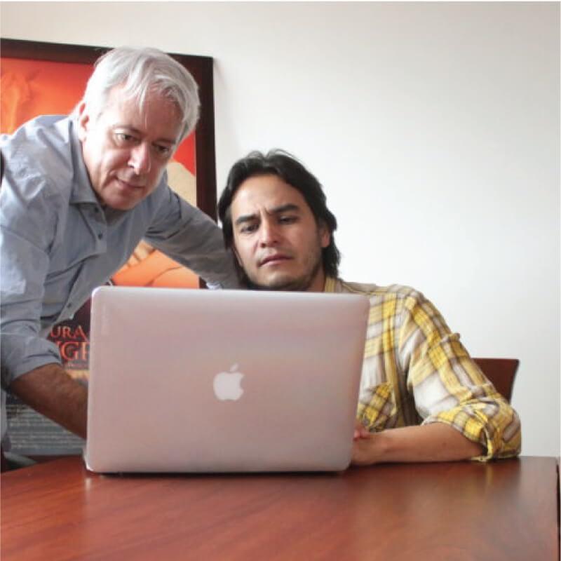 Mauricio Navas Talero haciendo una asesoría de guion - scriptdoctor